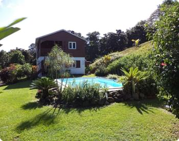 vue sur le jardin, la piscine et le gîte