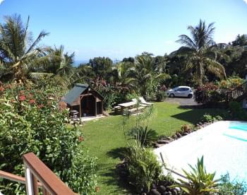 vue sur la piscine et le jardin depuis le gîte