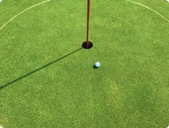 balle de golf sur un terrain