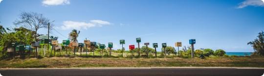 boîtes aux lettres alignées sur la route à Sainte Rose