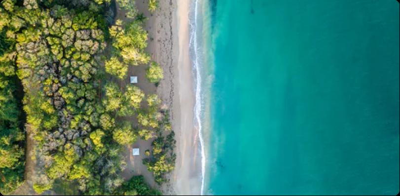plage guadeloupéenne en vue aérienne