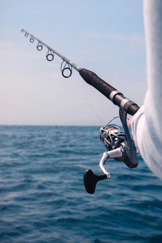 canne à pêche au dessus de l'océan