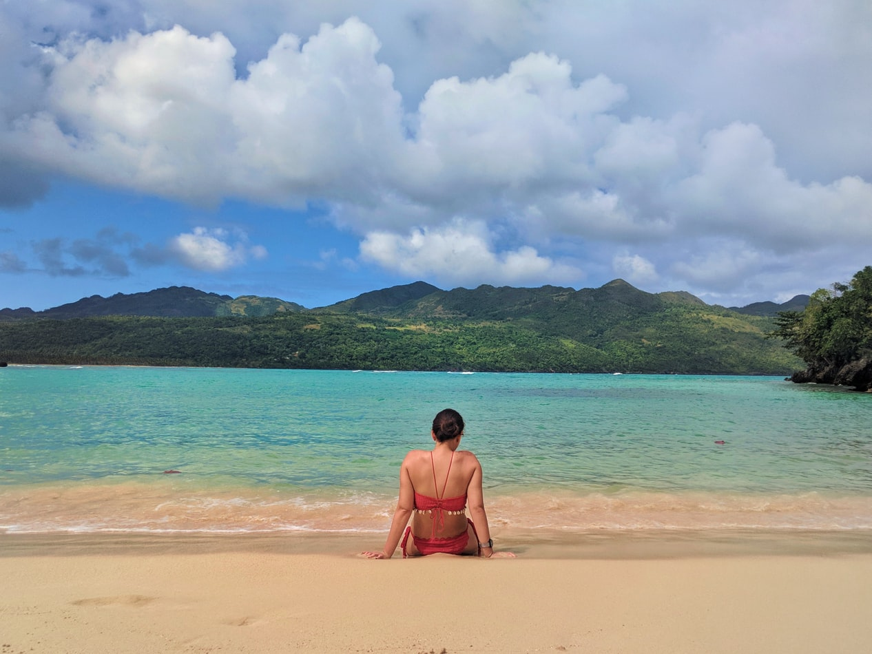 touriste sur la plage en guadeloupe