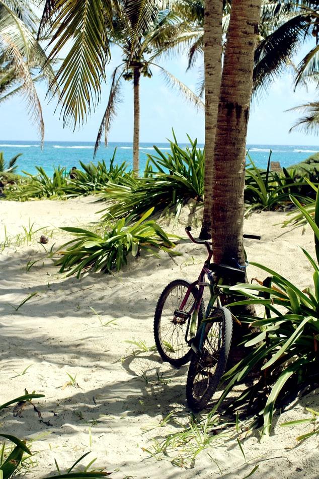 vélo à côté de la plage en guadeloupe